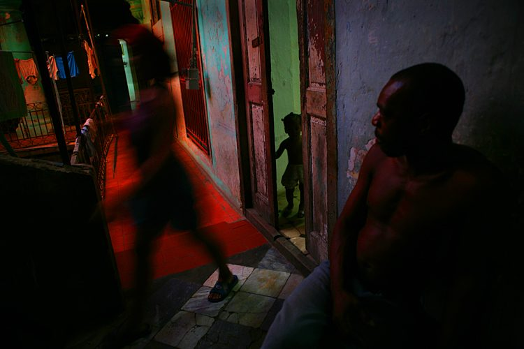 Family in Havana : Poetry of the still image in History : Cuba